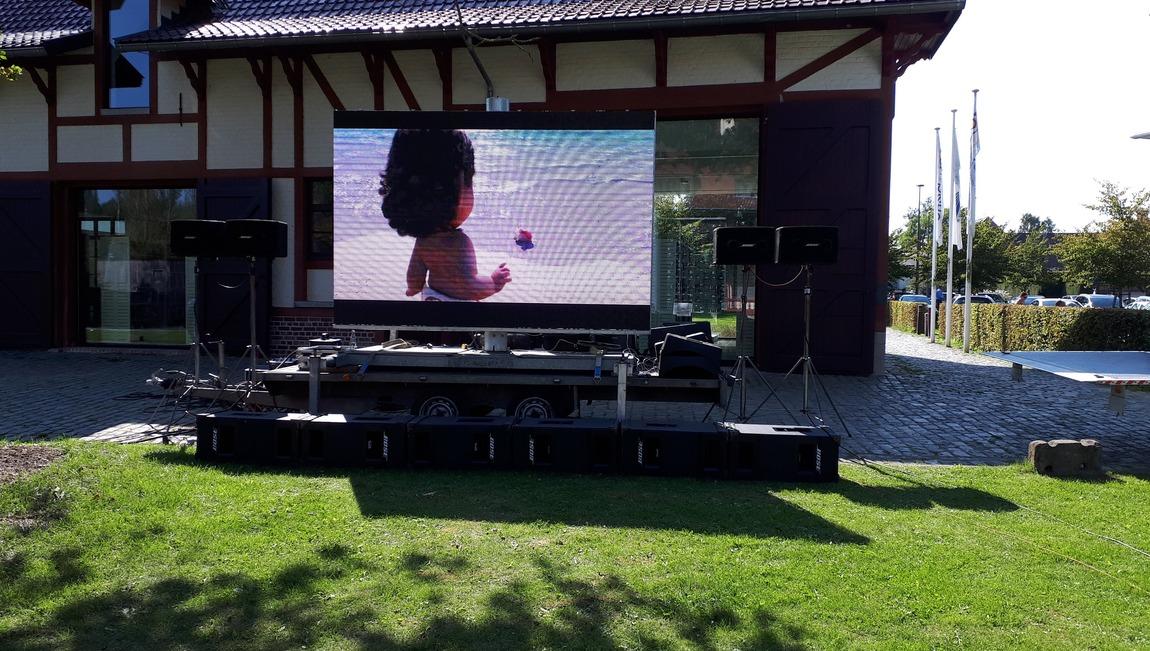 6 m² LEDscherm voor live broadcasting op onderstel en in hoogte verstelbaar.