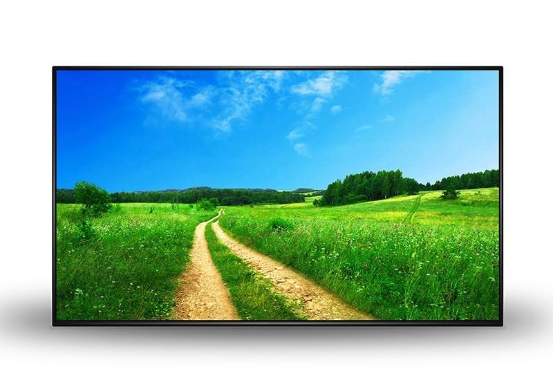 Groot flatscreen scherm tegen witte muur